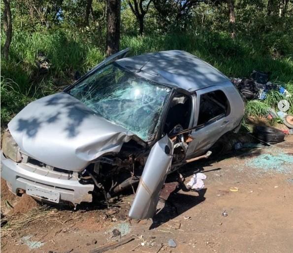Motorista perde controle de carro e bate na árvore na MGC-452 perto de Uberlândia