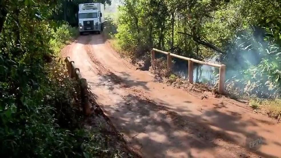 -  Motoristas usam   34;pinguela  34; como desvio da BR-265 em Nazareno  MG   Foto: Reprodução/EPTV