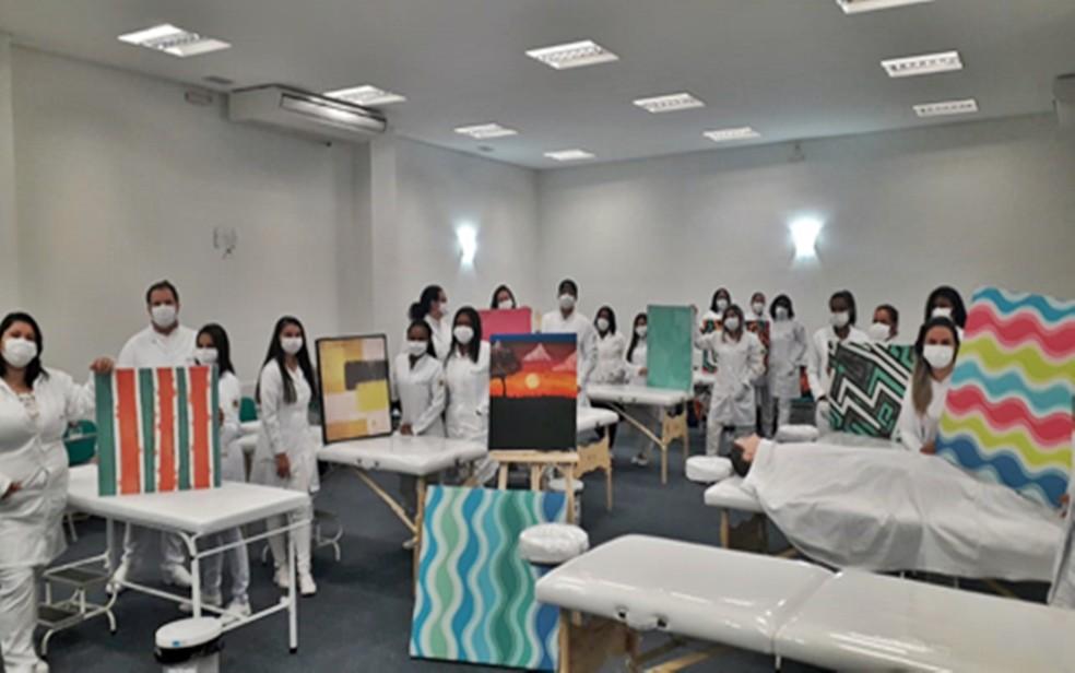 Alunos do Senac promovem oficina de pintura para pacientes em tratamento da Covid-19 em Três Corações, MG — Foto: Senac