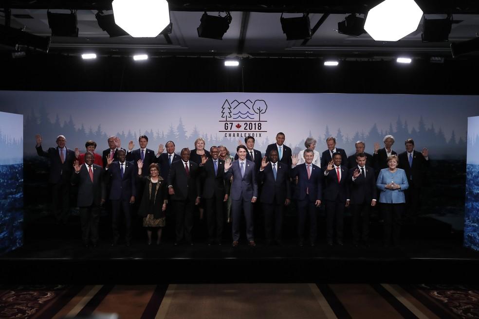 Líderes posam para foto em encerramento da reunião de cúpula do G7 no Canadá, no sábado (9) (Foto: Yves Herman/Reuterd)