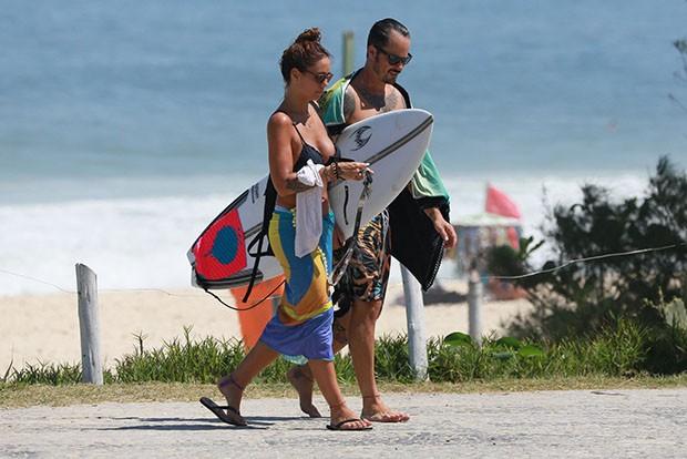 Paulinho Vilhena curte dia de praia com a namorada (Foto: AgNews)