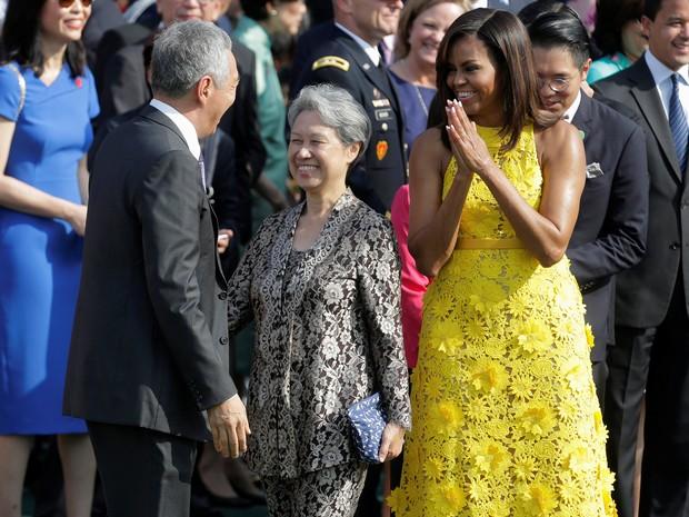 A primeira-dama dos EUA Michelle Obama e a muler do premiê de Cingapura, Ho Ching, cumprimentam o prmiê Lee Hsien Loong durante evento na Casa Branca, em Washington (Foto: REUTERS/Joshua Roberts)
