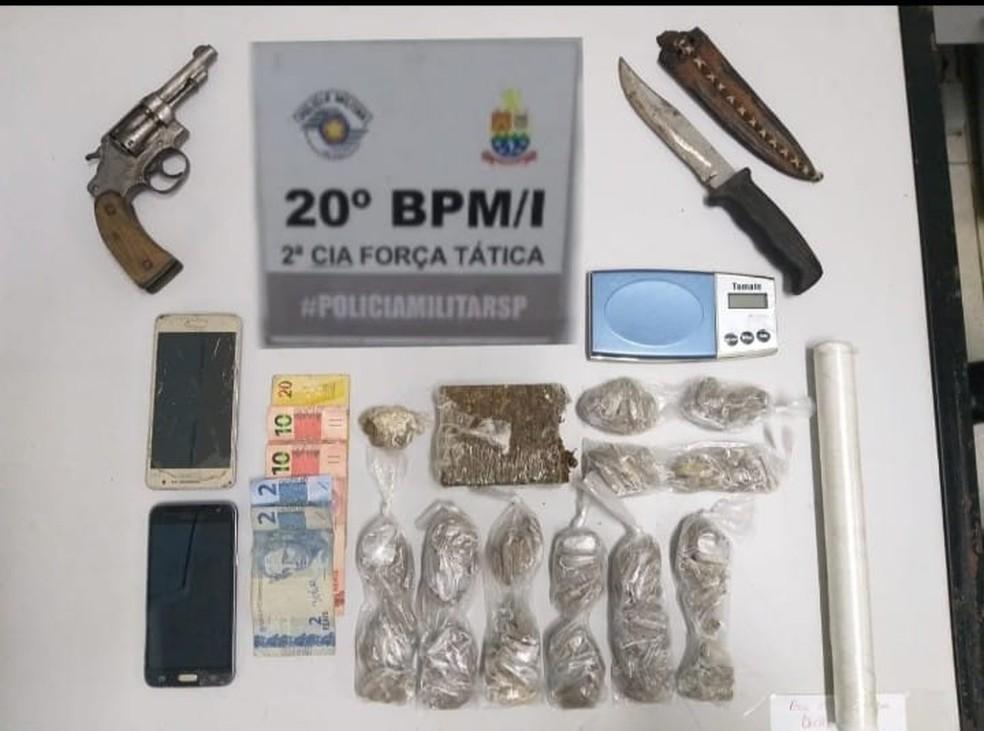 Homem é detido em flagrante com arma e drogas em Caraguatatuba — Foto: Divulgação/Polícia Militar