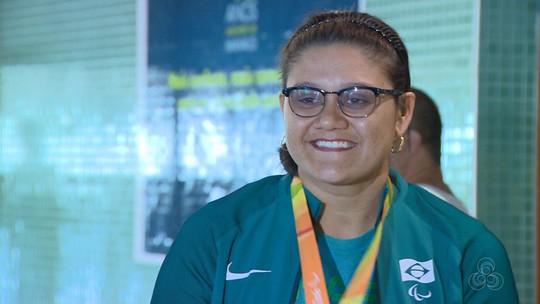 Bronze na Paralimpíada, amazonense é recebida com festa em Manaus