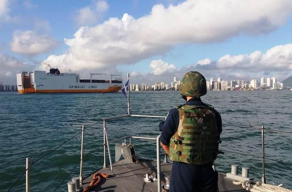 Militares do Grupamento de Patrulha Naval Sul-Sudeste da Marinha escoltaram o navio até o Porto de Santos, SP (Foto: G1 Santos)