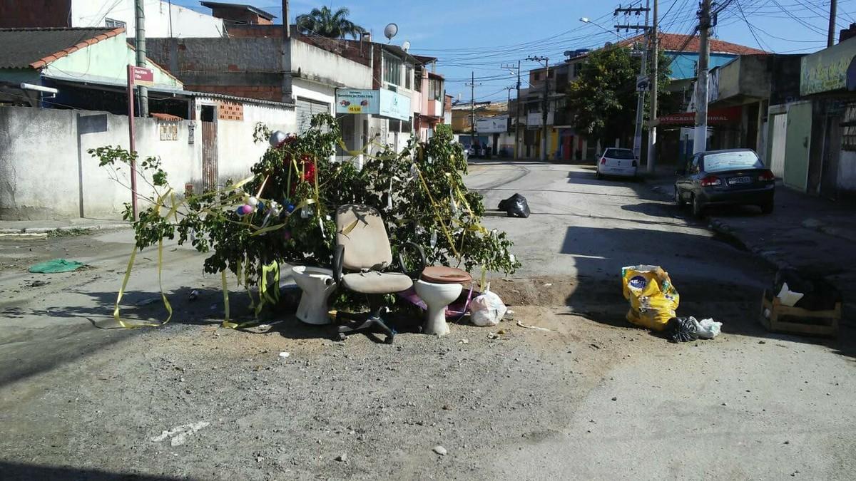 Árvore de Natal improvisada é montada com galhos, lixo e entulho em rua esburacada de Cabo Frio, no RJ