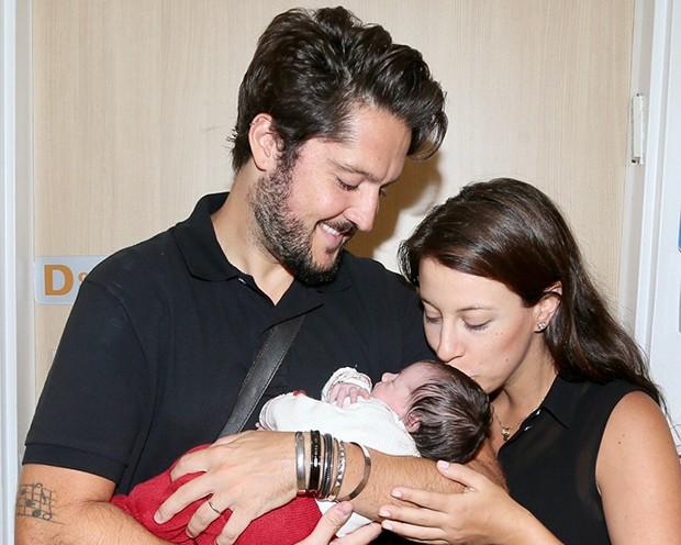 André Vasco e Vivian Krybus, deixaram a maternidade, acompanhados pela primeira filha, Maya (Foto: Manuela Scarpa/Brazil News)