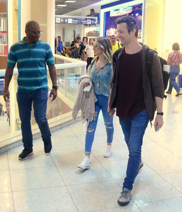 Sandy e Lucas Lima no aeroporto (Foto: Webert Belício/AgNews)