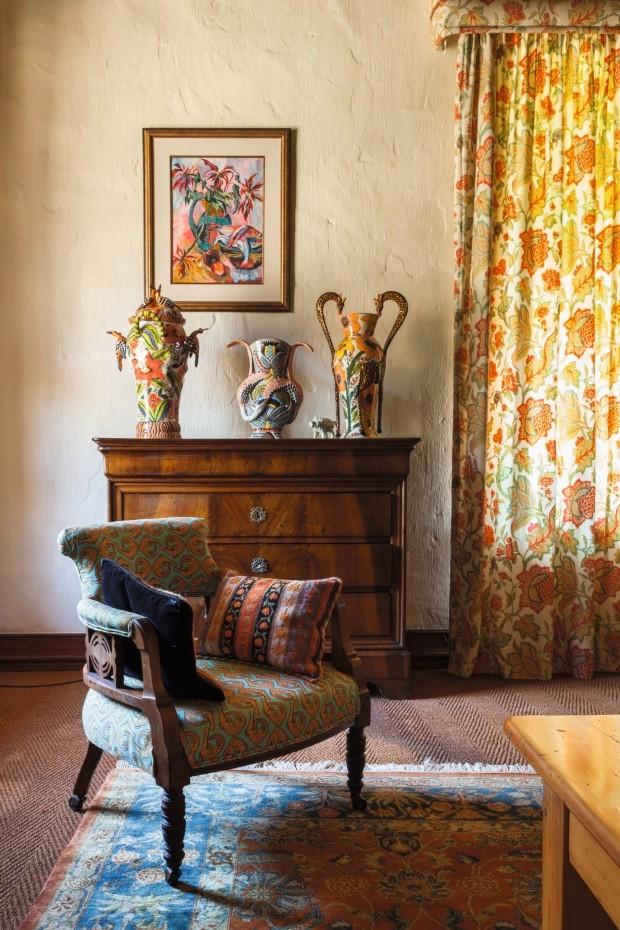 No quarto principal, a poltrona traz tecido com estampa de jacarés alaranjados (Foto: Lufe Gomes / Editora Globo)