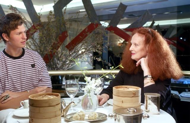 Grace Coddington recebe o ator Ansel Elgort no primeiro episódio de Face to Face (Foto: Divulgação)