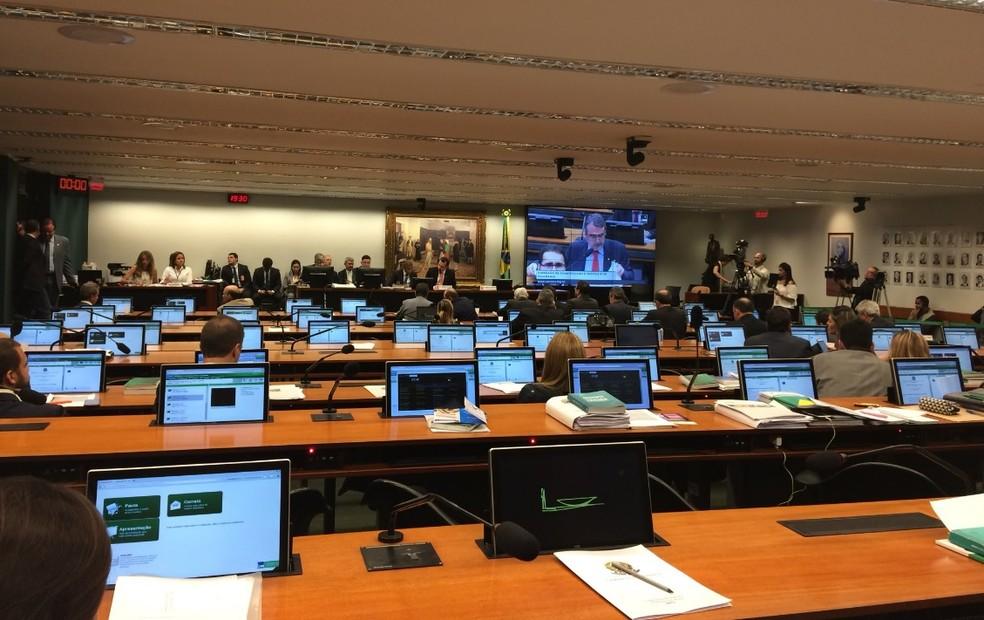 Deputados reunidos no plenário da CCJ da Câmara para discutir a nova denúncia contra o presidente Michel Temer (Foto: Guilherme Mazui/G1)