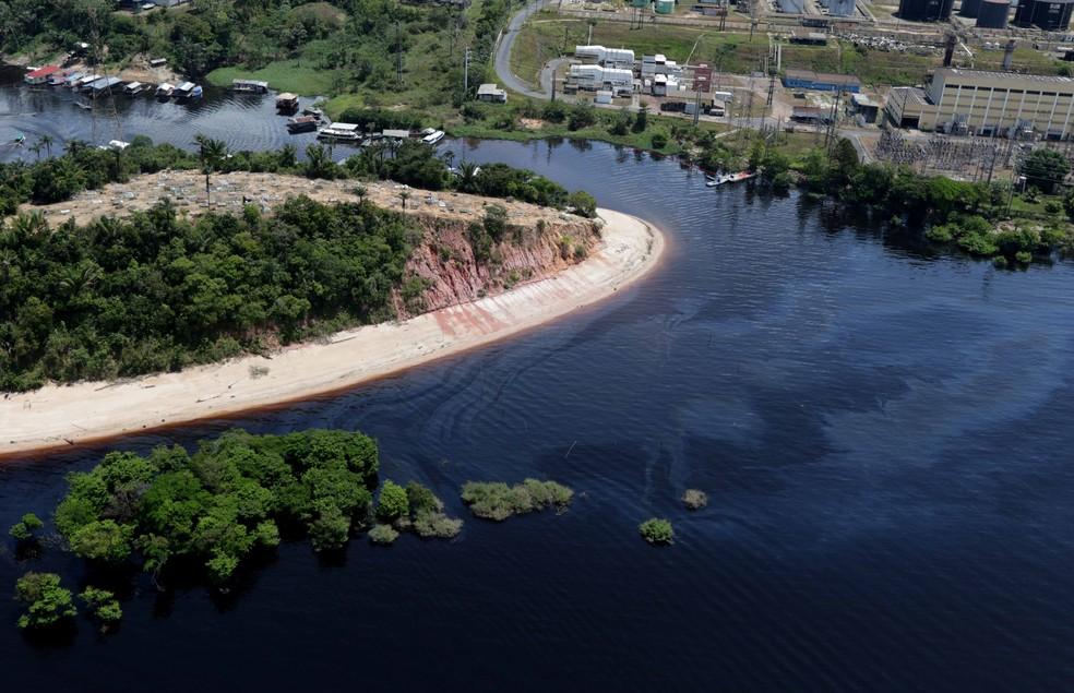 Pelo menos três comunidades foram afetadas com o vazamento de óleo na orla do Rio Negro (Foto: Ricardo Oliveira/Ipaam)