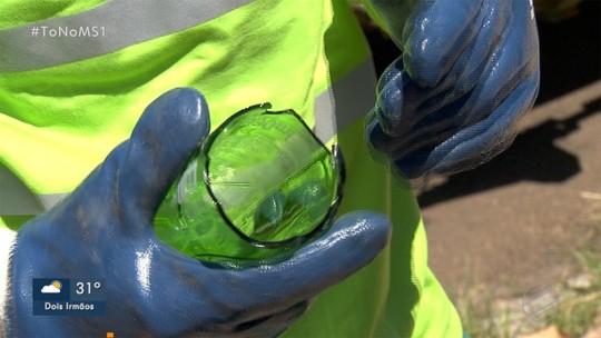 Coletores de lixo pedem que moradores tenham cuidados ao descartar vidros