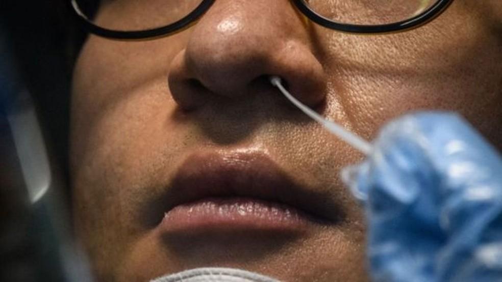 Especialistas reconhecem que um percentual dos pacientes que já tiveram covid-19 voltam a ter resultados positivos para a doença — Foto: Getty Images via BBC