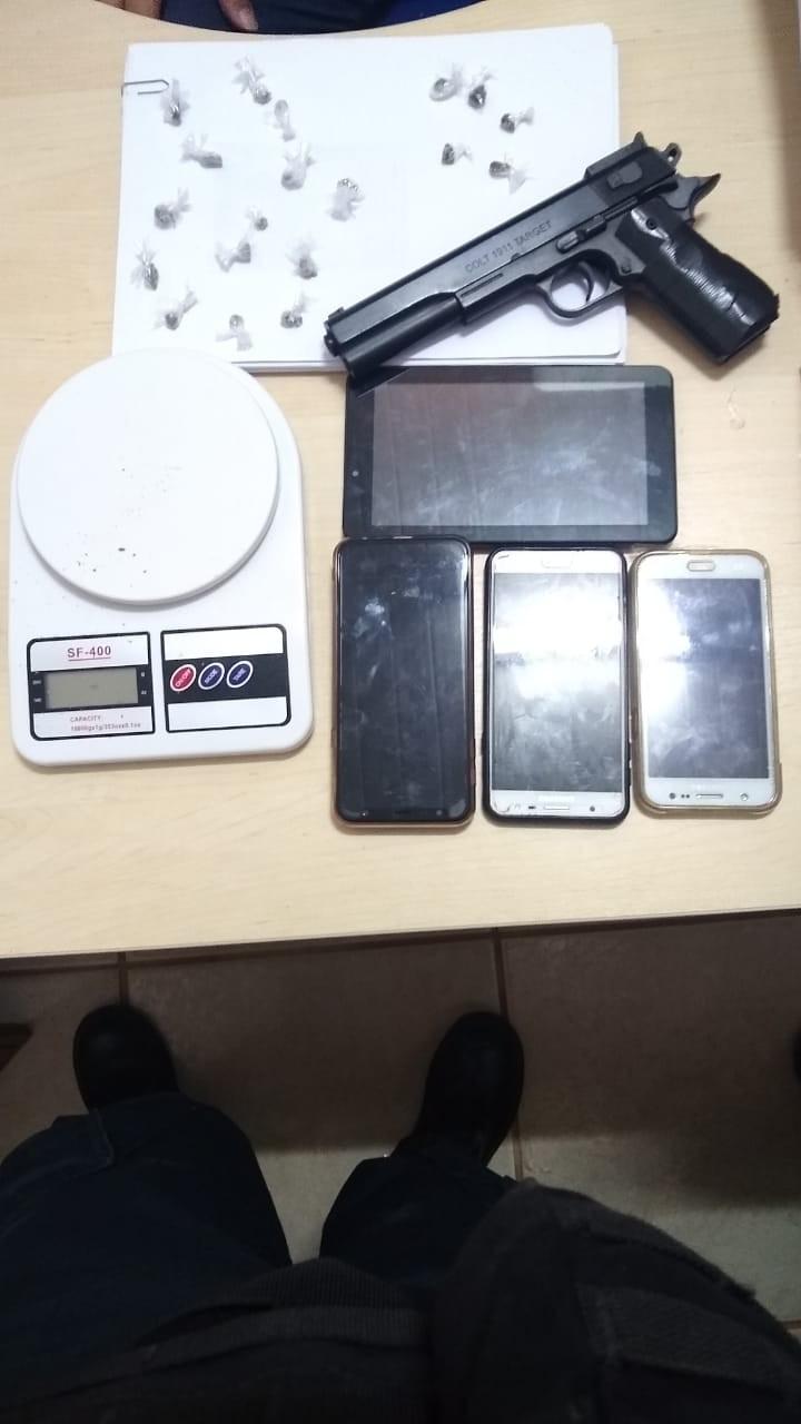 Denúncia anônima leva polícia a apreender drogas e prender mulher em Belterra
