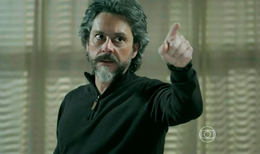 José Alfredo (Alexandre Nero) fica furioso ao encontrar família de Maria Isis (Marina Ruy Barbosa) - 'Império' — Foto: Globo