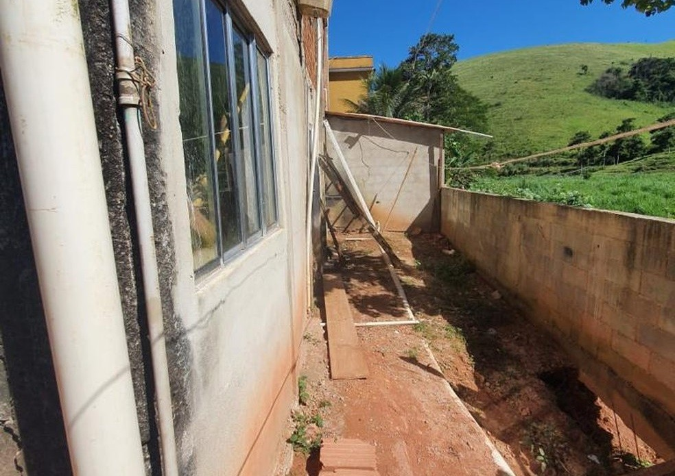 Lado de fora da casa onde o idoso vivia em condições precárias — Foto: Divulgação/Polícia Civil