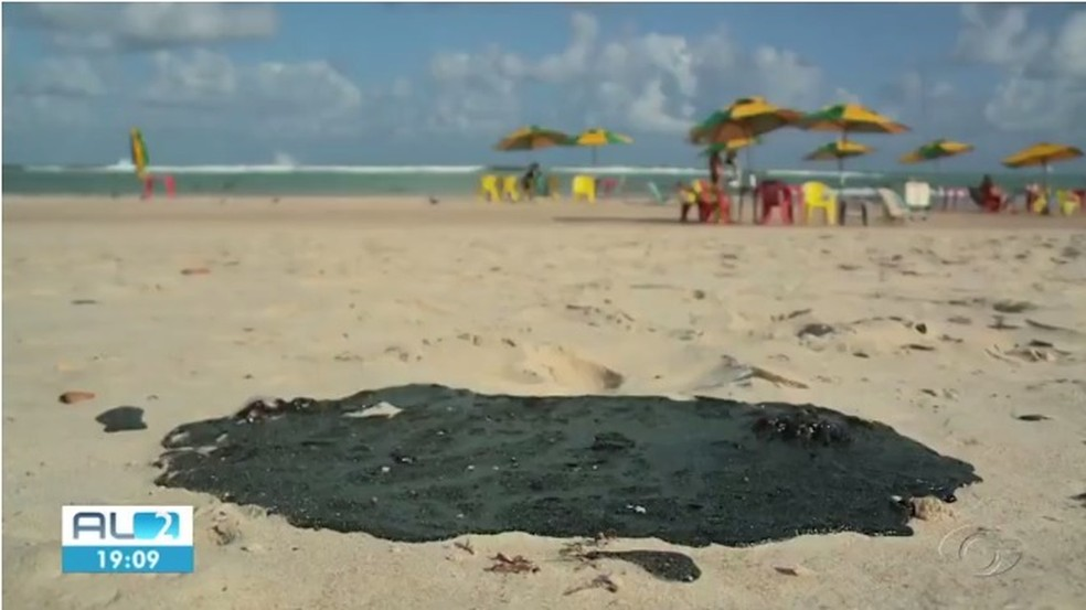 Manchas de óleo atingiram 11 locais em Alagoas — Foto: Reprodução/TV Gazeta