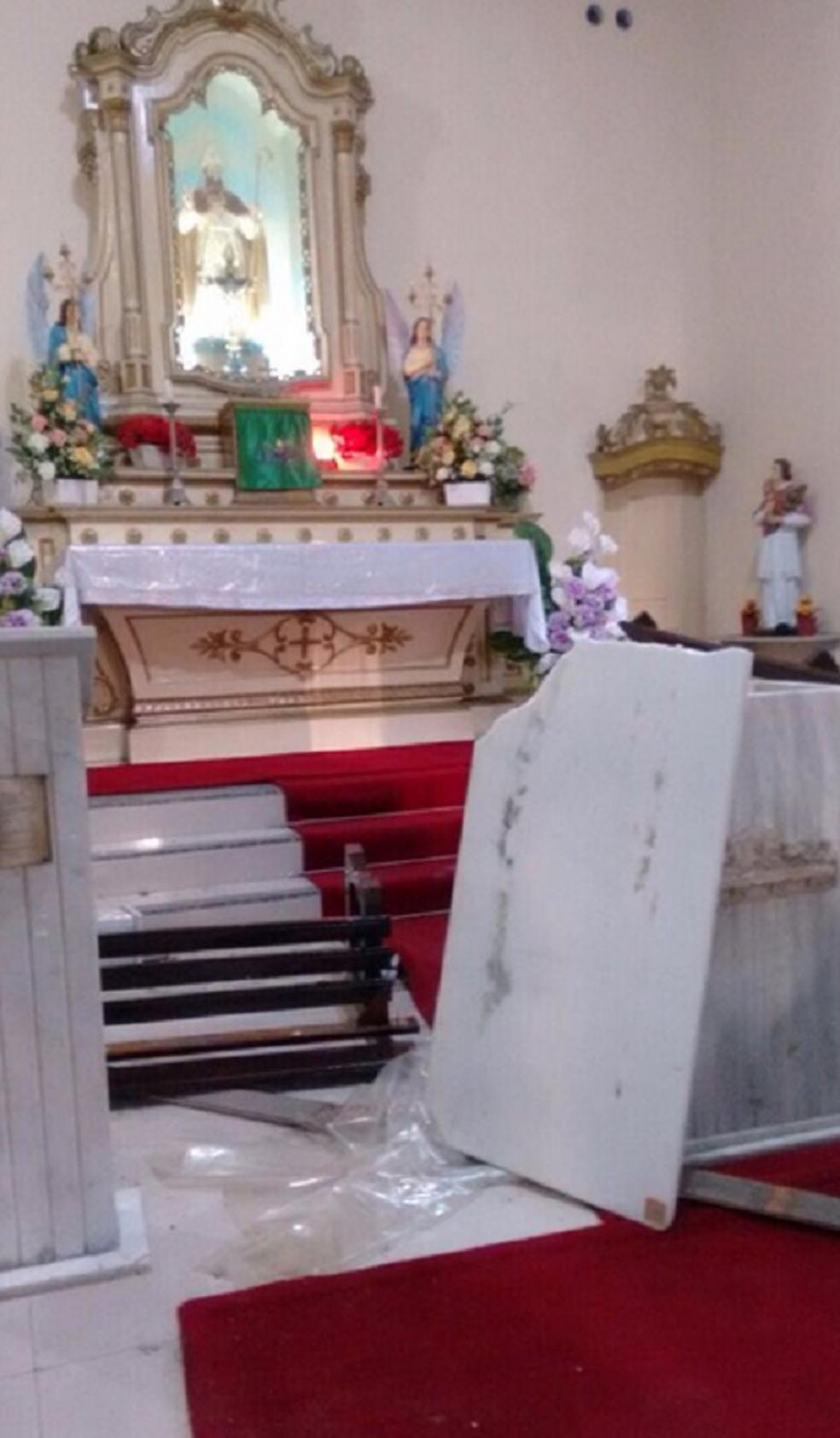 Suspeito quebrou o altar da capela. Administração diz que as invasões são frequentes. (Foto: Zoé Neto/Arquivo Pessoal)
