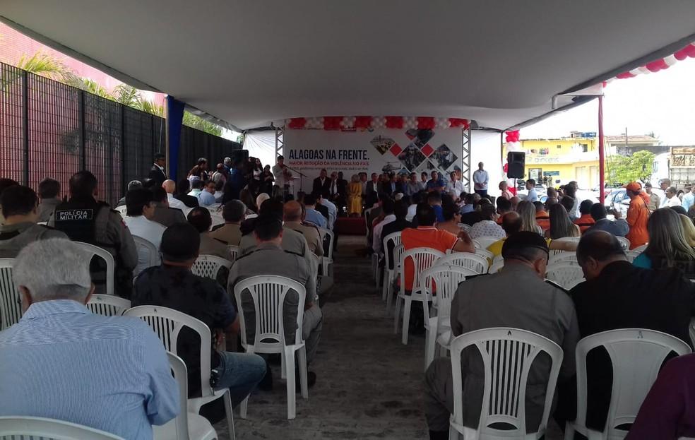 Inauguração da nova sede do IML de Maceió contou com participação de diversas autoridades e políticos (Foto: Andréa Resende/G1)