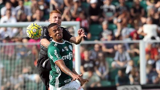 6e619638587ea Atacante é advertido após cometer falta no primeiro tempo da partida contra  o Figueirense
