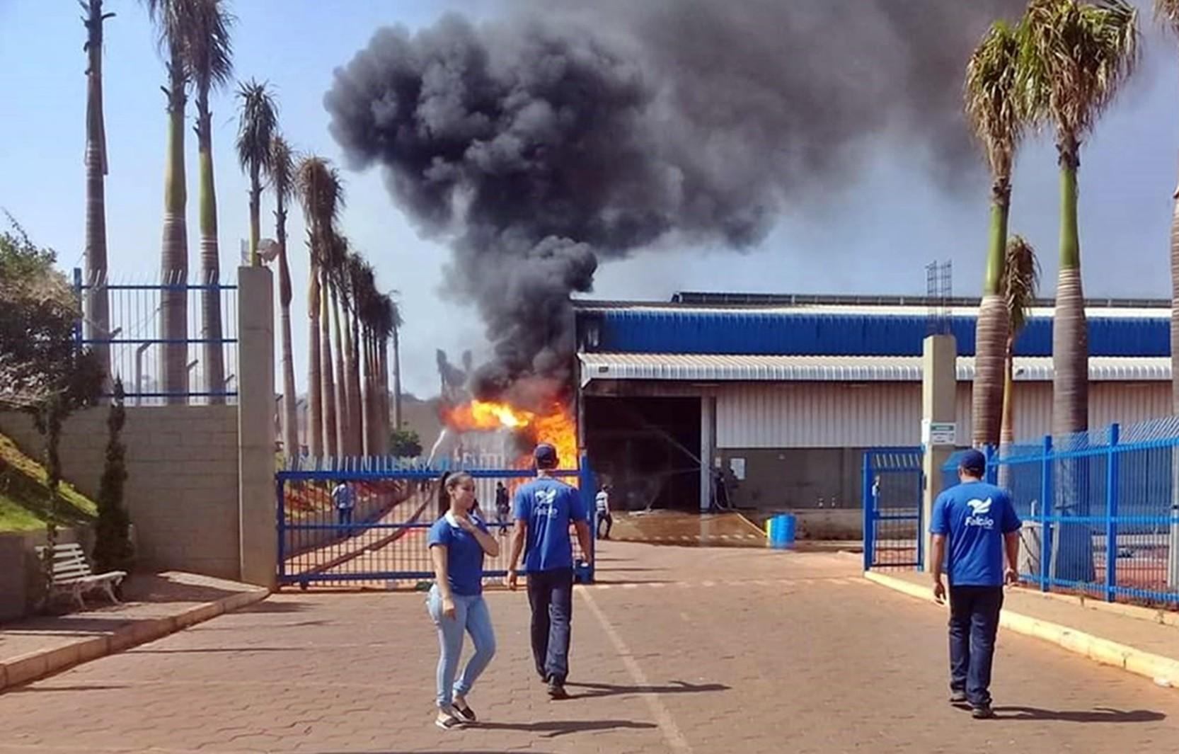 Explosão de reator provoca incêndio em fábrica de tintas em Campos Gerais, MG - Notícias - Plantão Diário