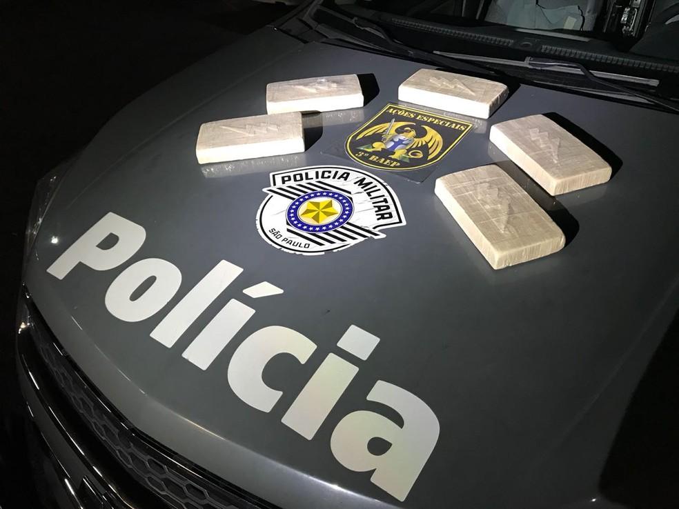 Mulher é presa com quase 5 kg de pasta base de cocaína em Pindamonhangaba (Foto: BAEP/Divulgação)