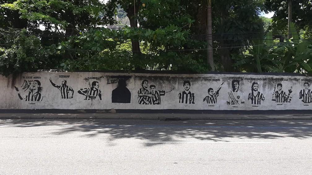 Cobrança chegou ao Muro dos Ídolos do Botafogo, e homenagem a Túlio Lustosa foi apagada  — Foto: Davi Barros/ge