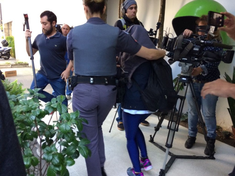 Vítima de Diego saiu coberta da delegacia sem falar com a imprensa; identidade dela foi preservada pela polícia (Foto: Vivian Reis/ F1)