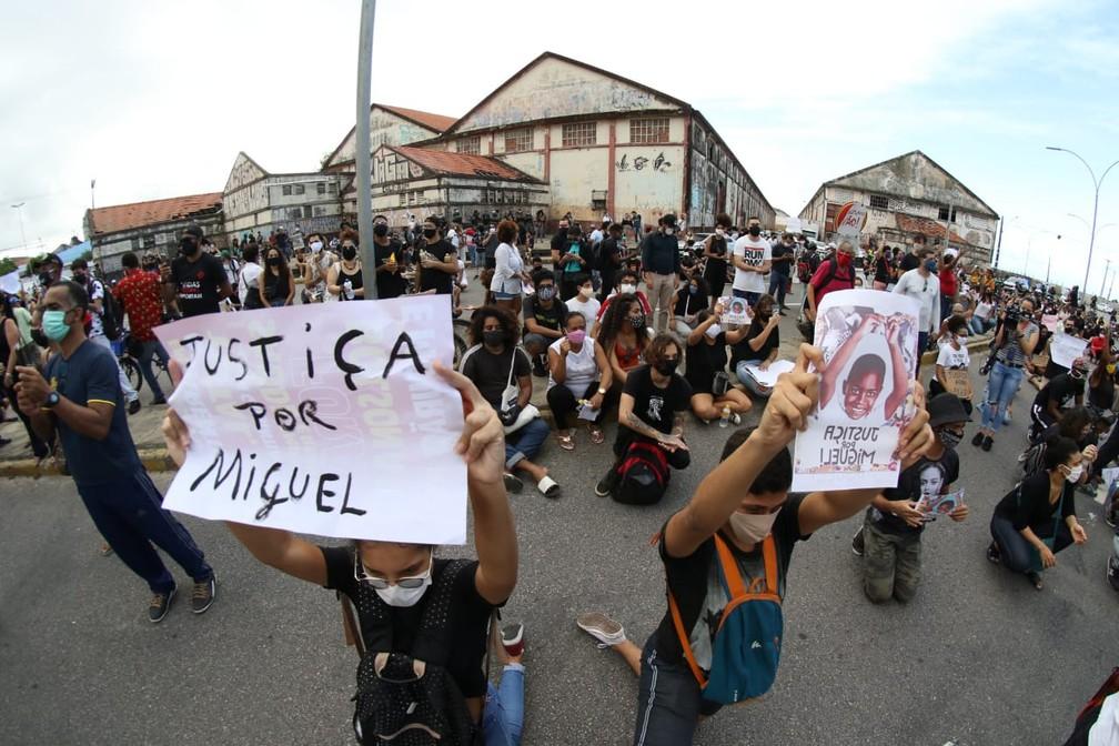 Justiça por Miguel foi o tema do ´protesto realizado nesta sexta (5), no Recife, por causa da morte do menino que caiu do 9º andar de um prédio  — Foto: Marlon Costa/Pernambuco Press