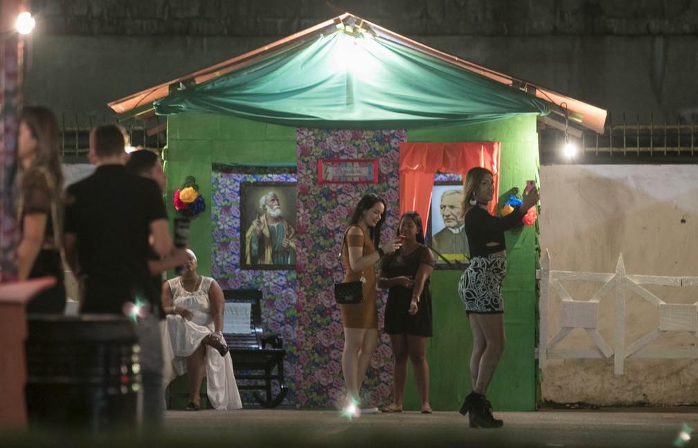 Público aproveitou para registrar selfies na cidade cenográfica do São João da Capitá (Foto: Charles Johnson/Divulgação)