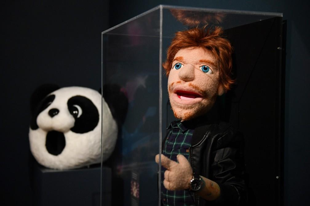 """Cabeça de panda usada por Ed Sheeran no clipe """"I Don't Care"""" e boneco usado nos vídeos das músicas """"Sing"""" e """"Happier"""" também integram mostra  — Foto: Daniel LEAL-OLIVAS / AFP"""