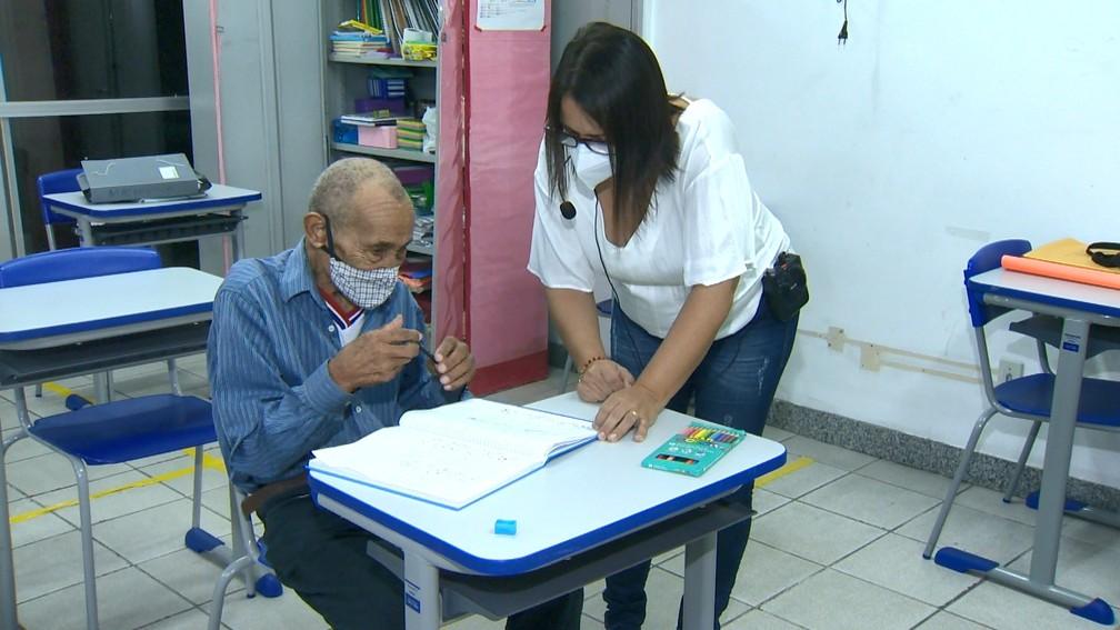 Idoso voltou para sala de aula aos 102 anos no ES  — Foto: Reprodução/TV Gazeta