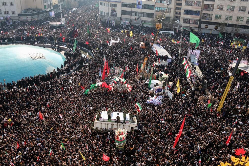 Multidão acompanha cortejo com o corpo do general Qassem Soleimani, em Teerã, no Irã, nesta segunda-feira (6)  — Foto: Atta Kenare / AFP