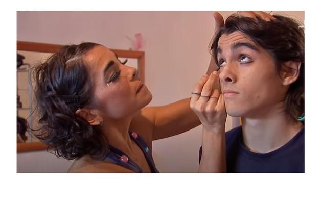 Luciana maquia o filho para uma das apresentações do Circo Zanni, do qual ele participa tocando na banda (Foto: Reprodução/TV Cultura)