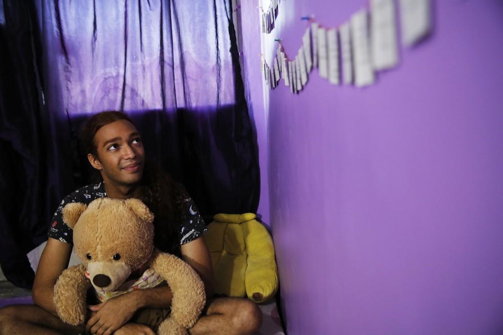 Luc Kuruta em seu quarto no alojamento estudantil da UFRJ — Foto: Jorge Soares / G1
