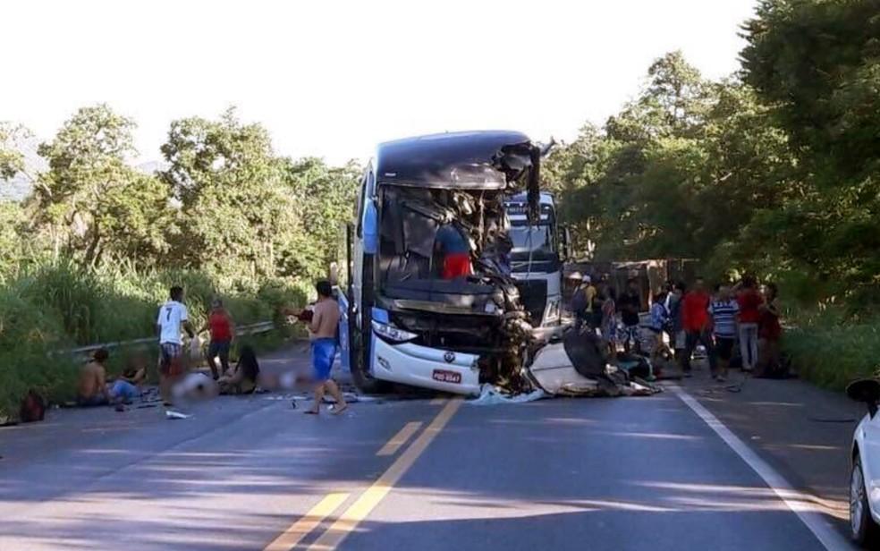 Ônibus e carreta se envolvem em acidente grave na BR-020, em Formosa (Foto: PM-DF/Divulgação)