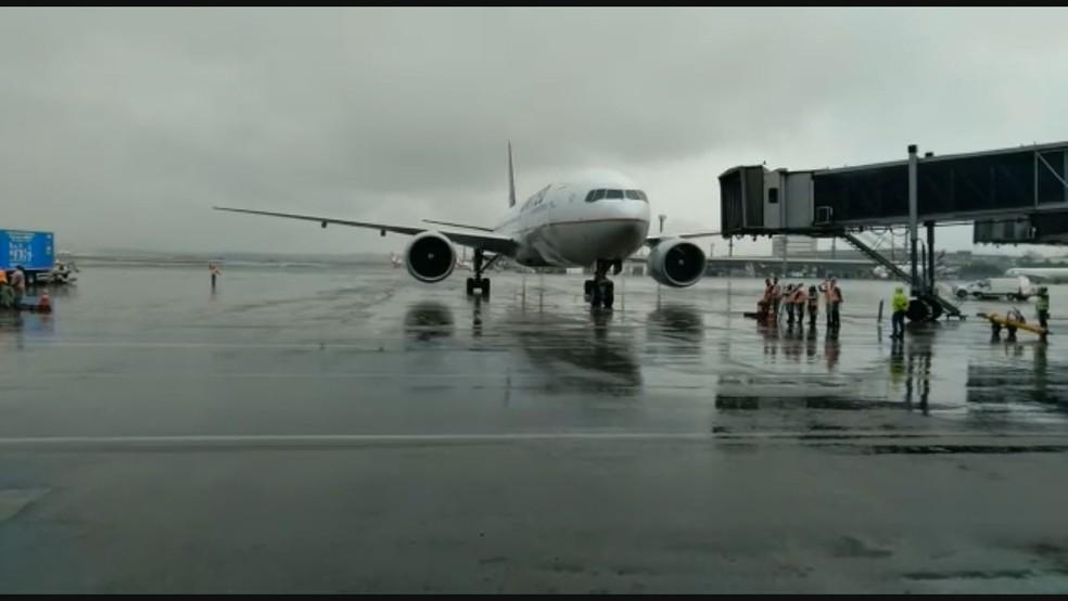 Avião com lote de vacinas da Janssen chega a SP — Foto: Reprodução/TV Globo