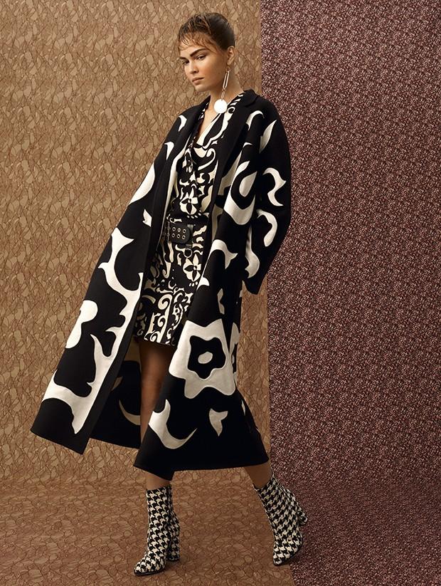 Casaco Dior, R$ 38.000. Vestido Louis Vuitton, R$ 12.300. Brinco Diane von Furstenberg, R$ 220. Botas Arezzo, R$ 380 (Foto: Gustavo Ipólito (MLages))