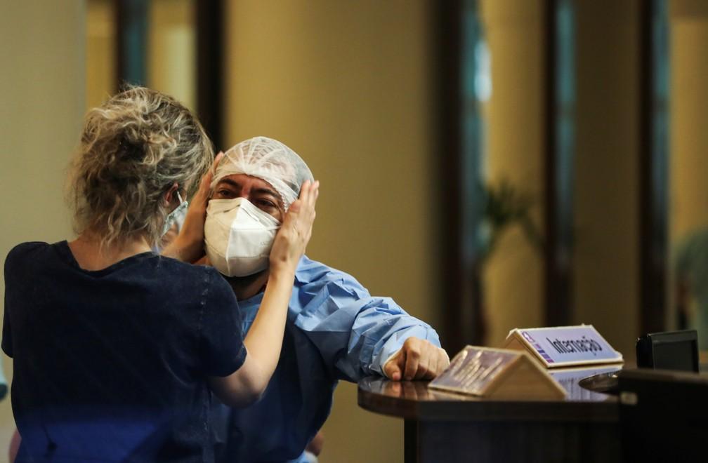 Funcionária é amparada no hospital Getúlio Vargas, em Manaus. Cidade vive colapso causado pela Covid-19, com falta de oxigênio — Foto: Bruno Kelly/Reuters
