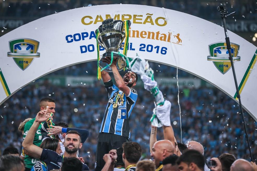 Troféu foi conquistado pelo Grêmio em 2016 (Foto: Jefferson Bernardes / AFP)
