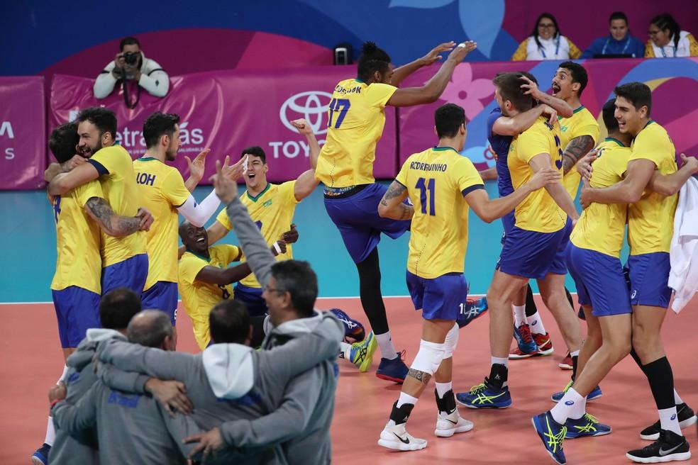 Vibração do Brasil com a medalha de bronze conquistada no vôlei masculino nos Jogos de Lima 2019 — Foto: Martin Alipaz/EFE