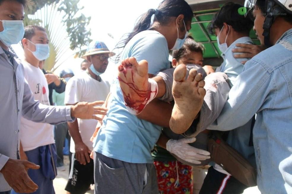 Manifestante ferido é carregado em Dawei, em Mianmar, neste domingo (28) — Foto: Dawei Watch/via REUTERS