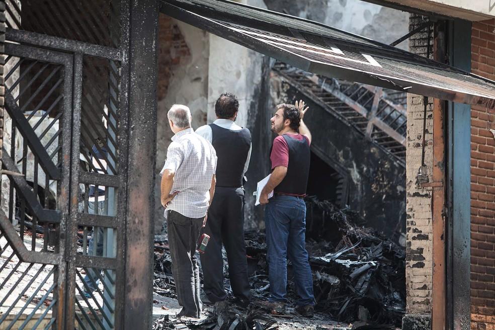 Peritos trabalham no local da queda do avião do ex-presidente da Vale, Roger Agnelli, em São Paulo — Foto: Mario Ângelo / Sigmapress / Estadão Conteúdo