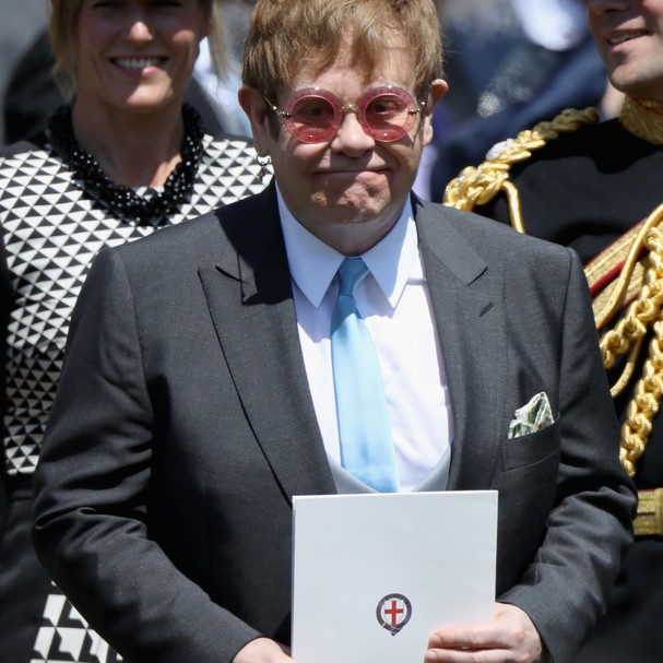 Sir Elton John chegando ao casamento real. No almoço, ele cantou para os noivos (Foto: Getty Images)