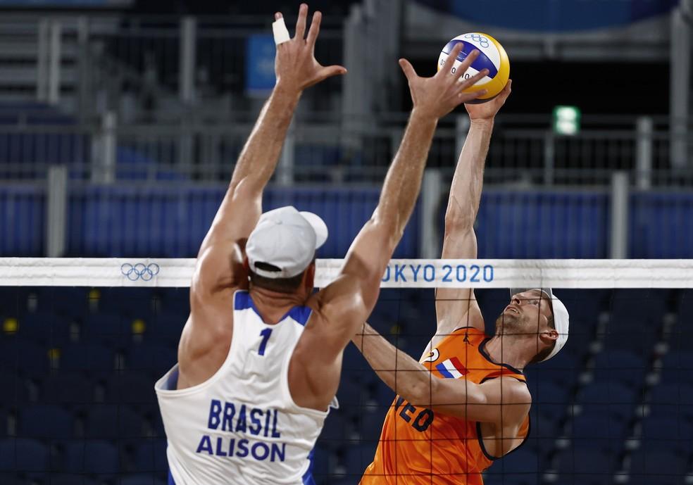 Alison bloqueia ataque rival durante jogo de vôlei de praia nas Olimpíadas — Foto: PILAR OLIVARES/Reuters