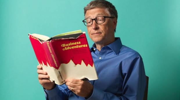 Bill Gates lendo um livro (Foto: Divulgação)