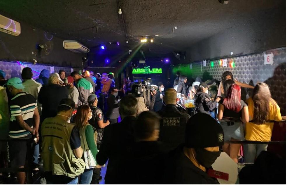 No Absolem Lounge Bar, no Parque São Rafael, a polícia flagrou balada com quase 70 pessoas — Foto: Reprodução