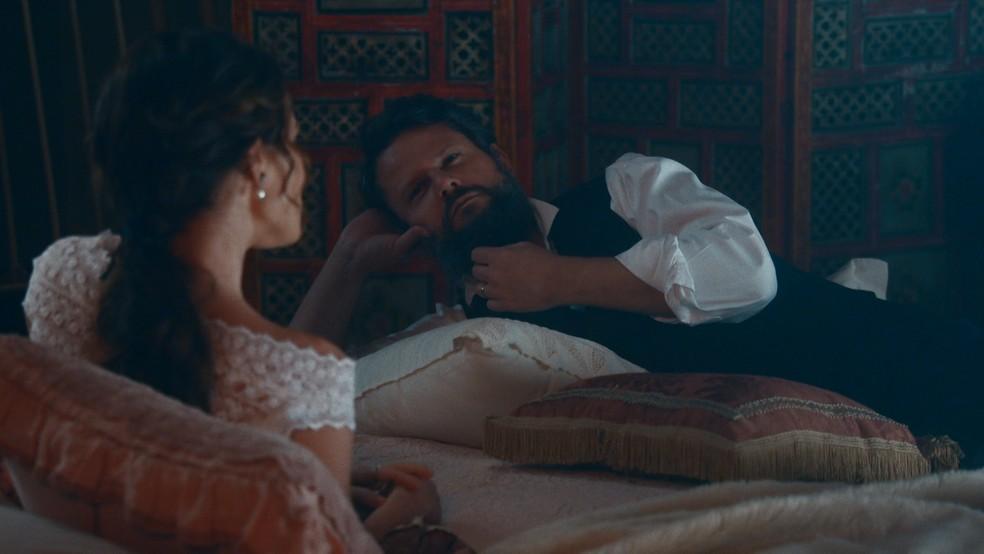 Pedro II (Selton Mello) dá o aval para a vinda do príncipe ao Brasil em 'Nos Tempos do Imperador' — Foto: Globo