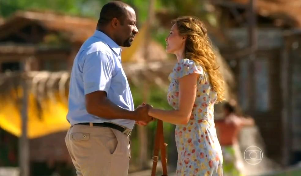 Quirino (Aílton Graça) pede Doralice (Rita Guedes) em casamento após ela revelar que não pode ter filhos, em 'Flor do Caribe' — Foto: Globo